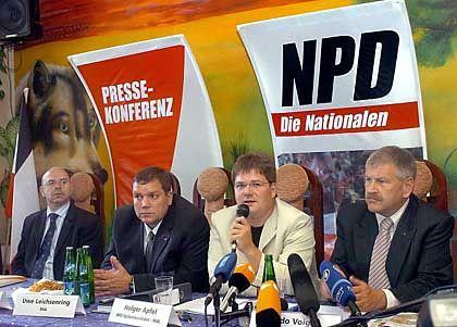 """NPD-Parteichef Udo Voigt mit seinen sächsischen Wahlsiegern: """"Ziel ist, die BRD abzuwickeln"""""""