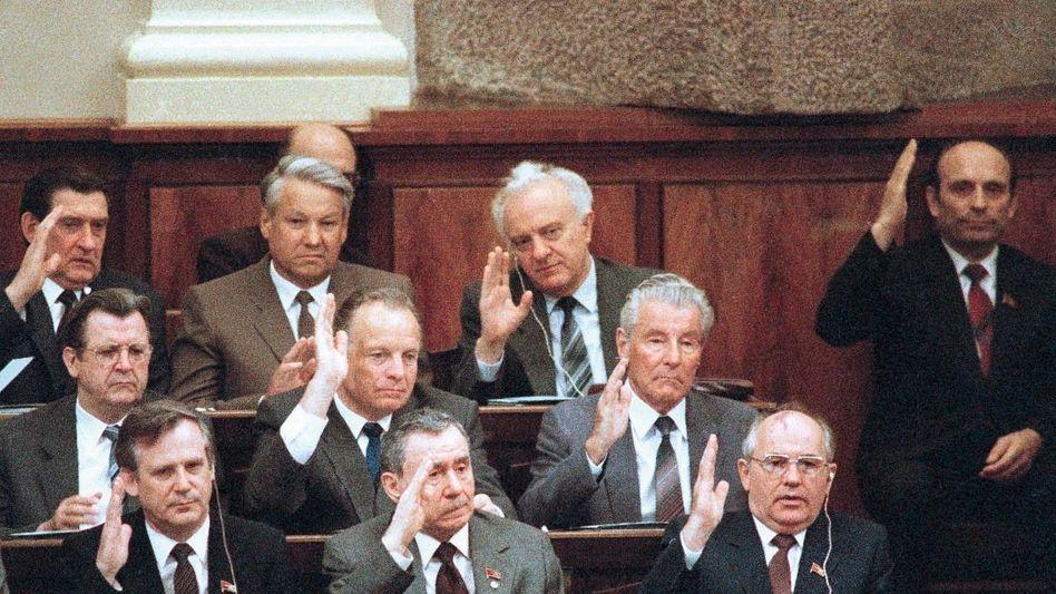 KP-Chef Gorbatschow (vorn r.), Politbüro-Mitglieder 1986: »Verbrecherische Schlamperei«