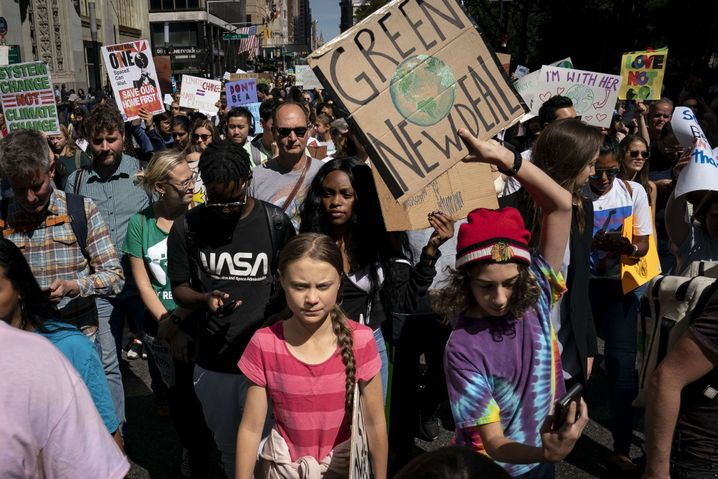 Klimaschutzaktivistin Greta Thunberg (Mitte) auf einer Demo in New York (2019)