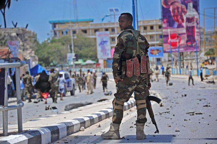 Trümmer eines Autobombenanschlags in Mogadischu (August)