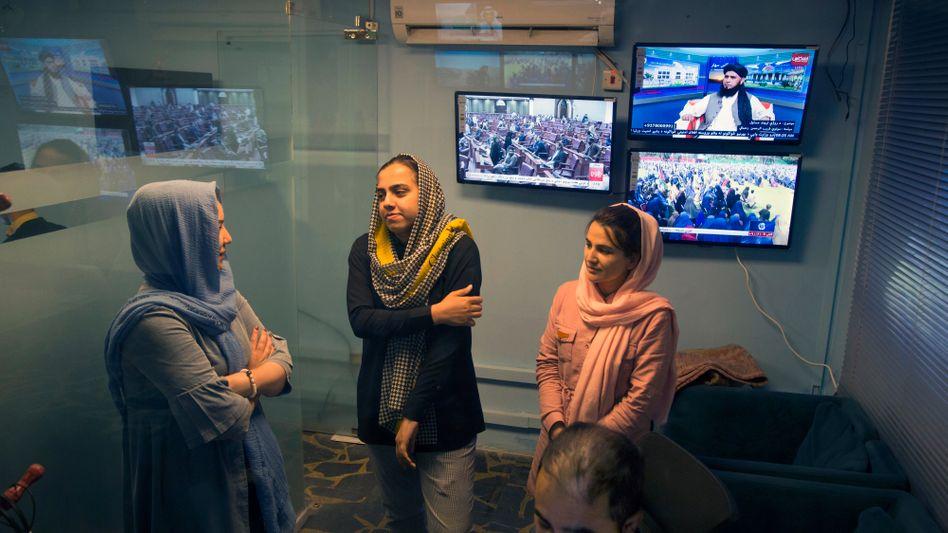 Tolo-TV-Mitarbeiterinnen im April: »Die Taliban behaupten, dass sie Frauen akzeptieren«