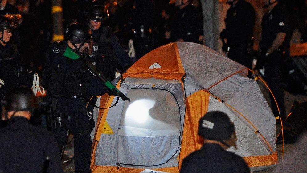 Polizei räumt Occupy-Lager: In Kampfmontur gegen Besetzer
