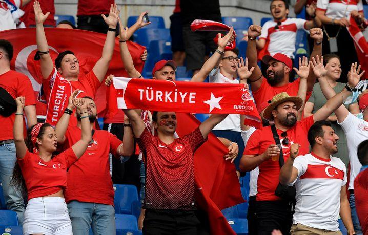 Fans beim EM-Eröffnungsspiel Italien-Türkei: Auch während der EM sind Zuschauer im Stadion zugelassen
