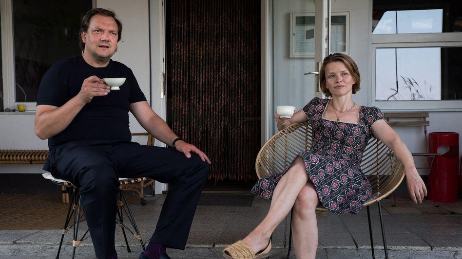 Ankunft in der alten Heimat: Andy (Charly Hübner) mit Berit (Karoline Schuch)