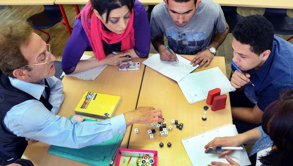 Lehrer und Schüler eines Integrationskurses einer Volkshochschule in Leipzig (Archiv)