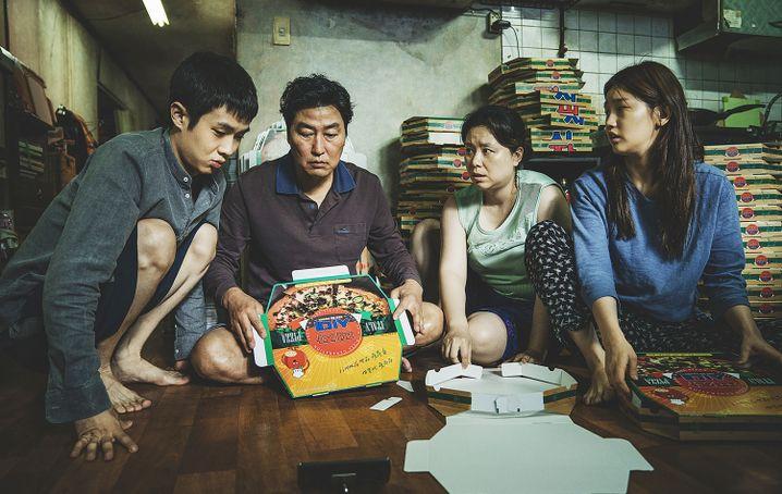 """""""Parasite"""": Mit Gelegenheitsjobs wie dem Falten von Pizzakartons versucht die Familie Kim (von links: Choi Woo-shik, Song Kang-ho, Chang Hyae-jin, Park So-dam), sich über Wasser zu halten"""