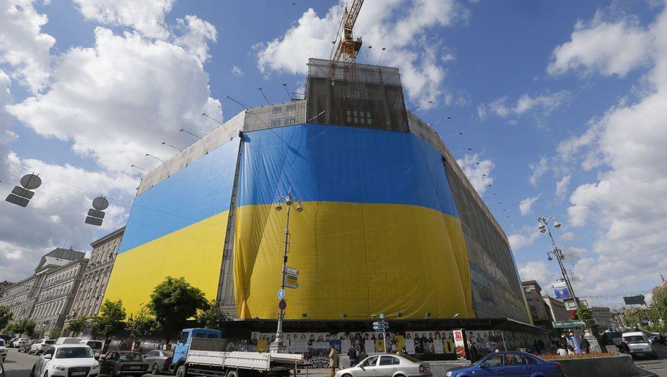 Ukrainische Flagge vor einem Kaufhaus in Kiew: Der Einfluss der Regierung reicht nicht in den Osten