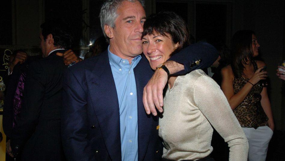 """Jeffrey Epstein und Ghislaine Maxwell im Jahr 2005: """"Beschützerin und Zuhälterin, seine Freundin und Madame"""""""