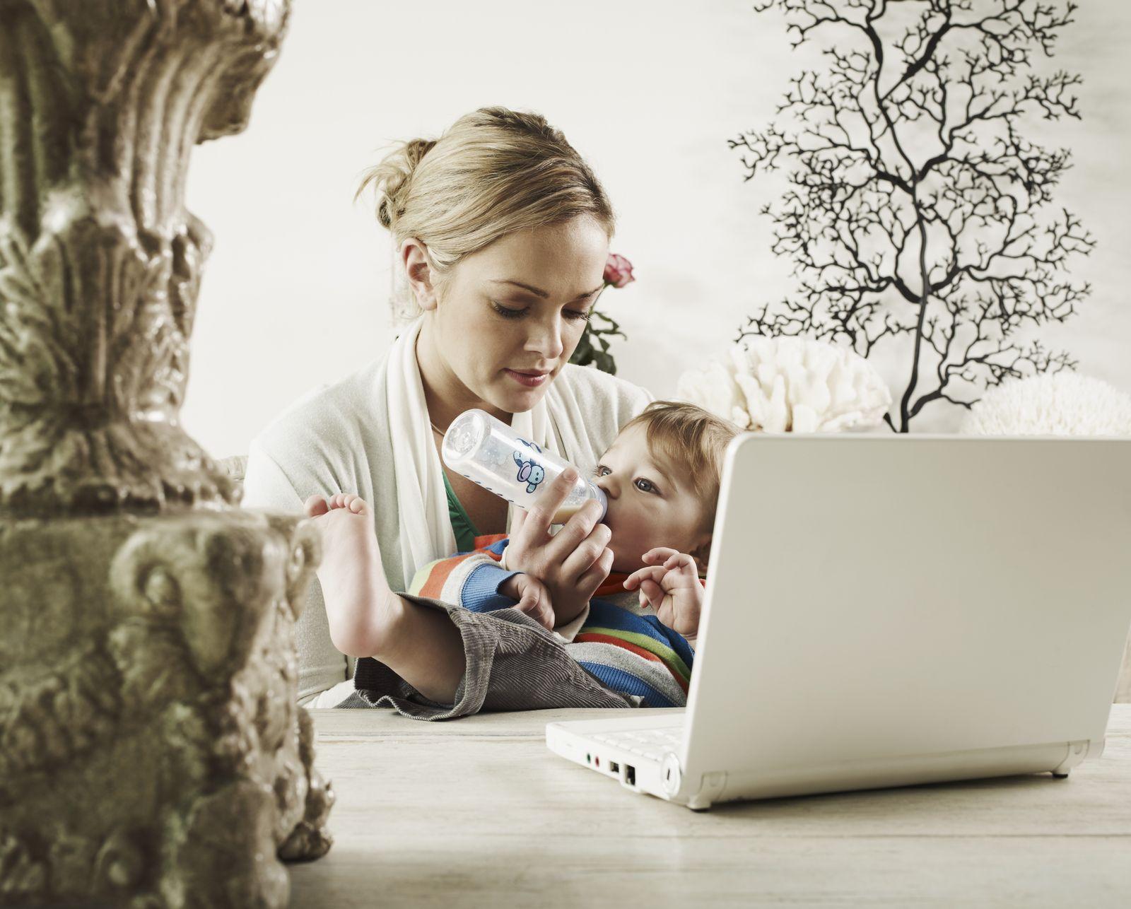 NICHT MEHR VERWENDEN! - Symbolbild Frau mit Baby / Familie & Karriere / Elternzeit