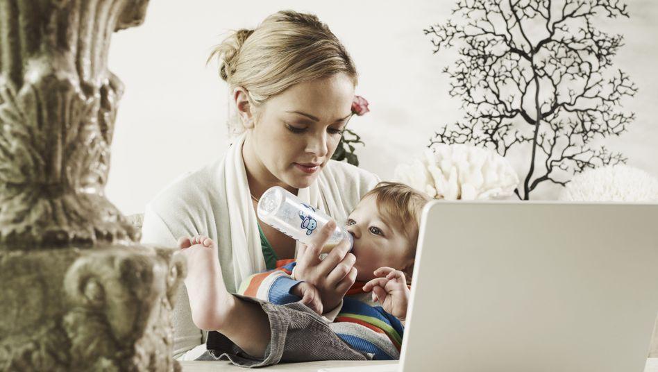 Mutter, Baby, Laptop: 51 Prozent der berufstätigen Frauen stemmen Erziehung und Hausarbeit allein