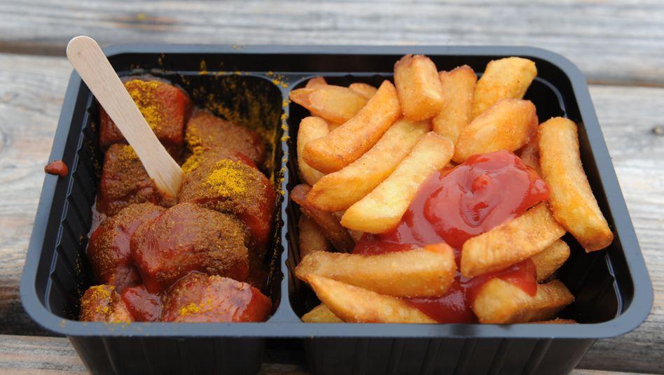 Ein deutscher Junk-Food-Klassiker: Currywurst mit Pommes
