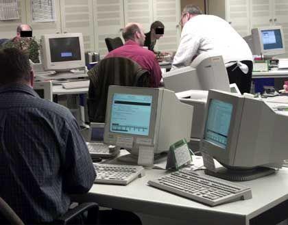 Beamte des bayerischen LKA gleichen im Rahmen der Rasterfahndung Daten ab.