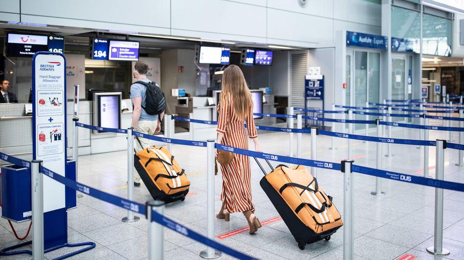 """Fluggäste beim Check-in: """"Auf Dauer werden viele von uns genügsamer werden"""""""