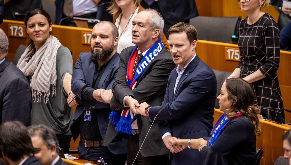 Abgeordnete singen und fassen sich an den Händen: emotionaler Abschied im Europaparlament