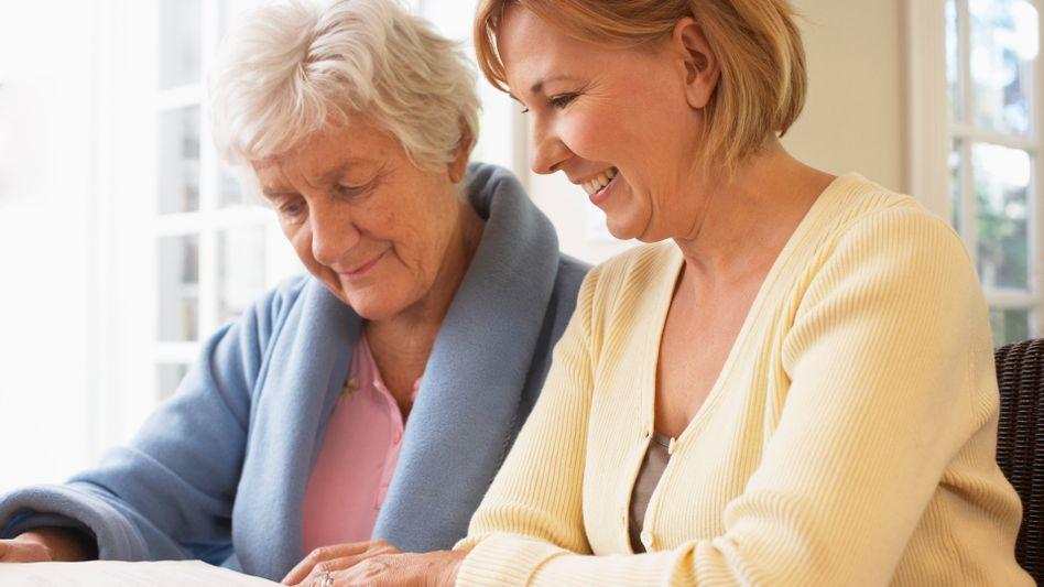 Hilfe im Alltag: Pflegende beginnen ihre Arbeit oft hochmotiviert, doch nach einiger Zeit setzt Erschöpfung ein.