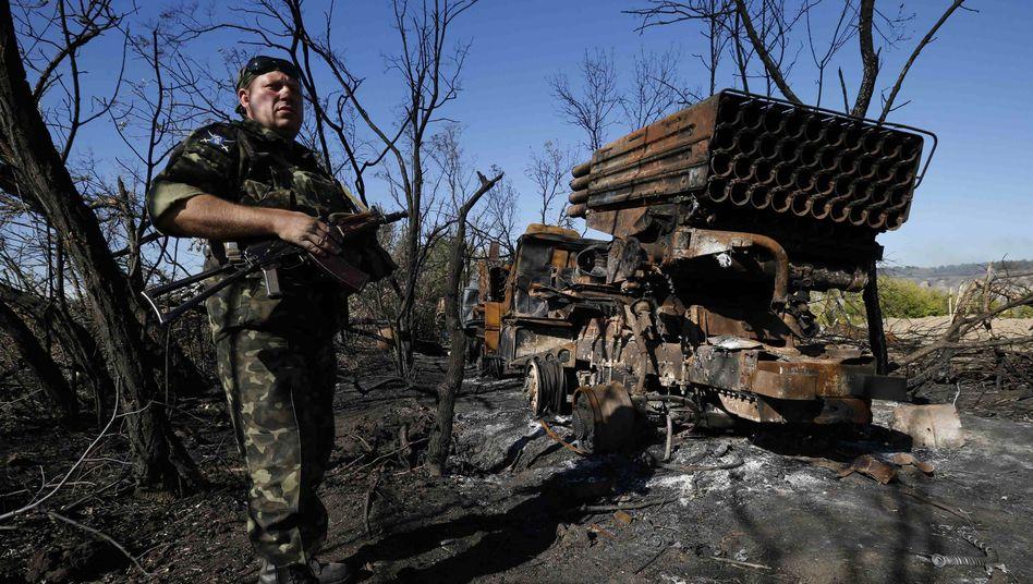 Ukrainischer Kämpfer neben zerstörtem Raketenwerfer: Pufferzone vereinbart