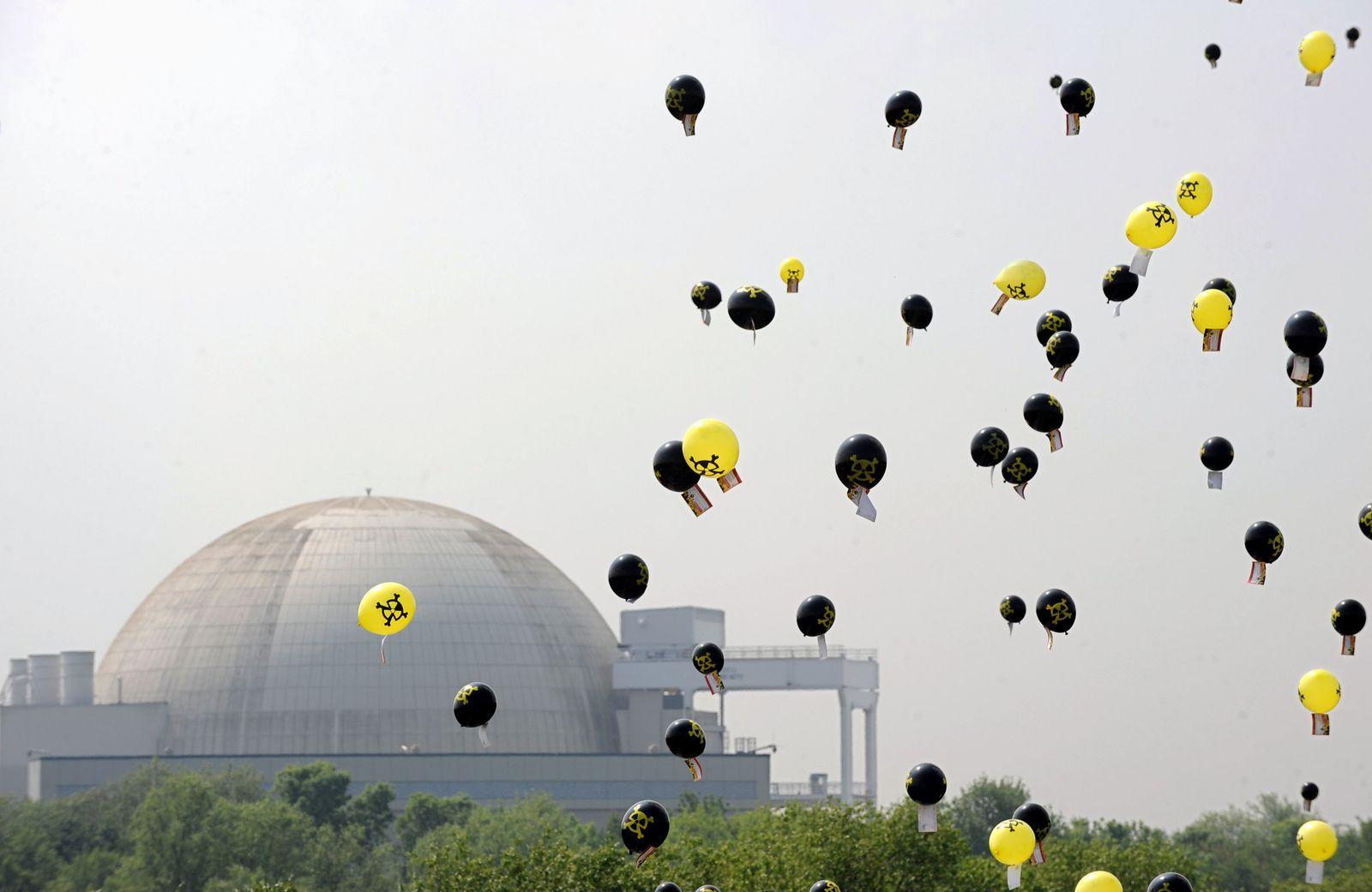 Protestballons vor Atomkraftwerk