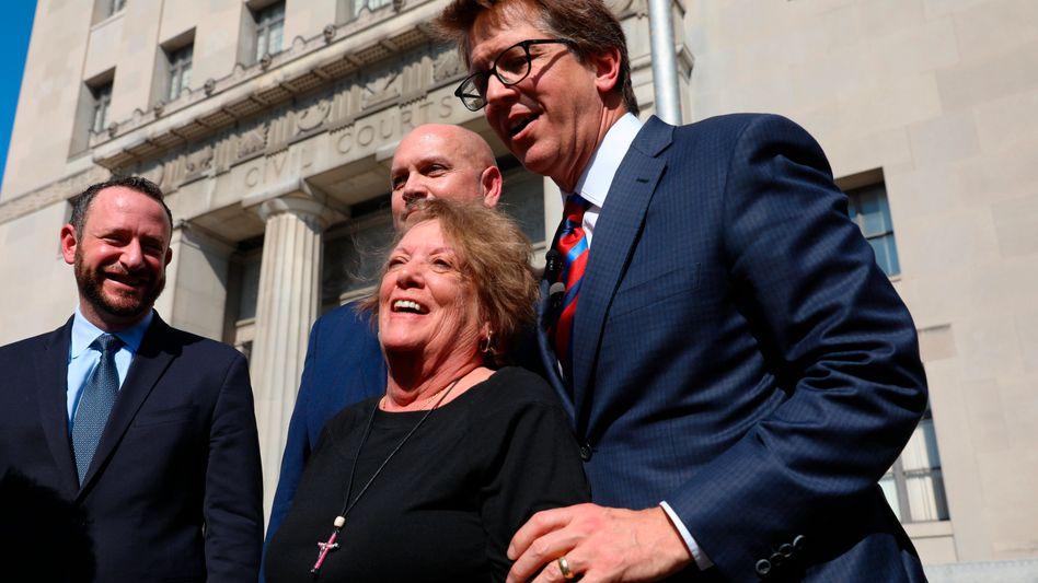 Anwalt Mark Lanier (r.) mit Kollegen und einer Klägerin in St. Louis