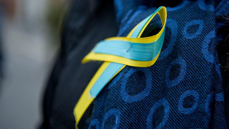 Schleifen-Brosche in den Farben der ukrainische Fahne
