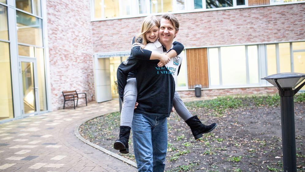 Helen und Axel: Ihr Papa hat Helen eine Niere abgegeben. Helen kann heute wieder mit ihm toben. Hier sind die beiden vor dem Krankenhaus, in dem sie operiert wurden.
