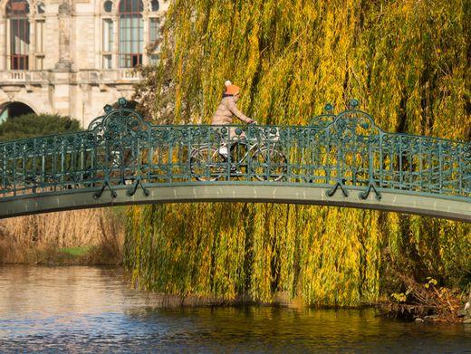 Brücke im Maschpark: Hannover per Rad