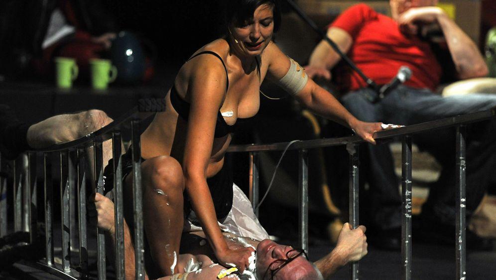 Theaterstudie: Nackte Tatsachen und ihre Deutung