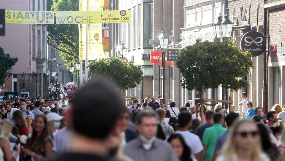 Passantinnen und Passanten in der Innenstadt von Düsseldorf