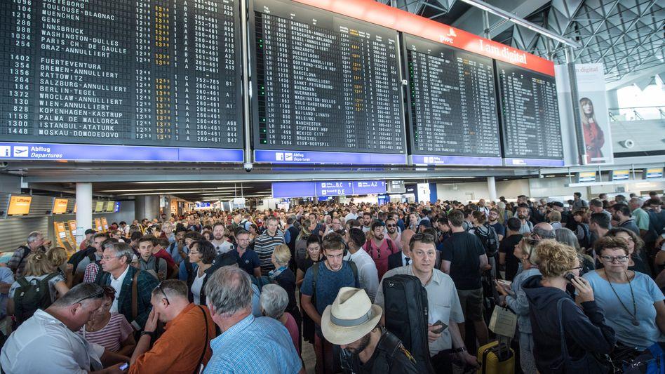 Frankfurter Flughafen bei Teilräumung im August