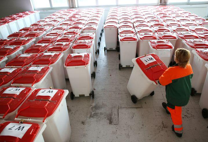Mit Wahlunterlagen gefüllte und verschlossene Wahlurnen in Hamburg (2013)