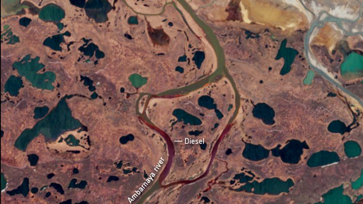 Ölunfall am Polarkreis: Die Aufnahme links zeigt den Fluss Ambarnaja vor der Ölkatastrophe, rechts danach