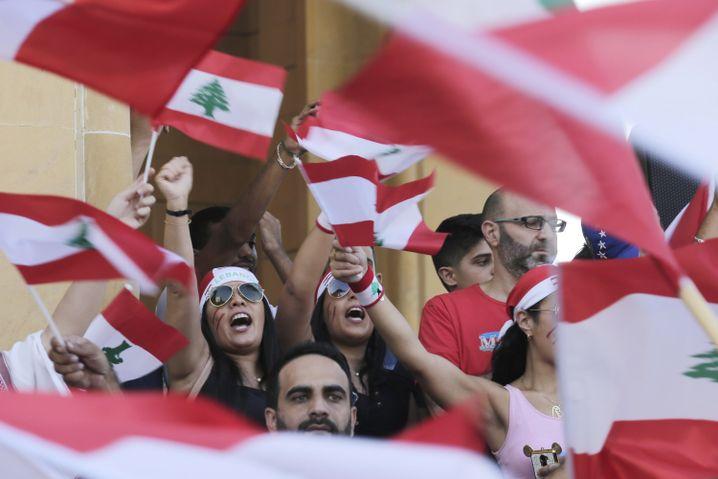 "Demonstranten in der libanesischen Hauptstadt Beirut: ""Revolution, Revolution"""