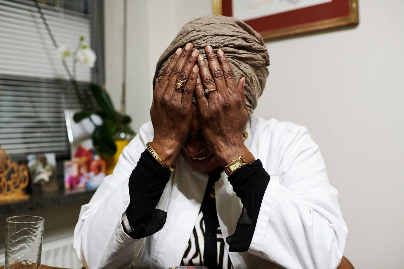 Portrait von Dr. Eiman Tahir, eine sudanesische Frauenärztin mit ihrer Praxis in München. Sie setzt sich gegen Beschneidungen ein.