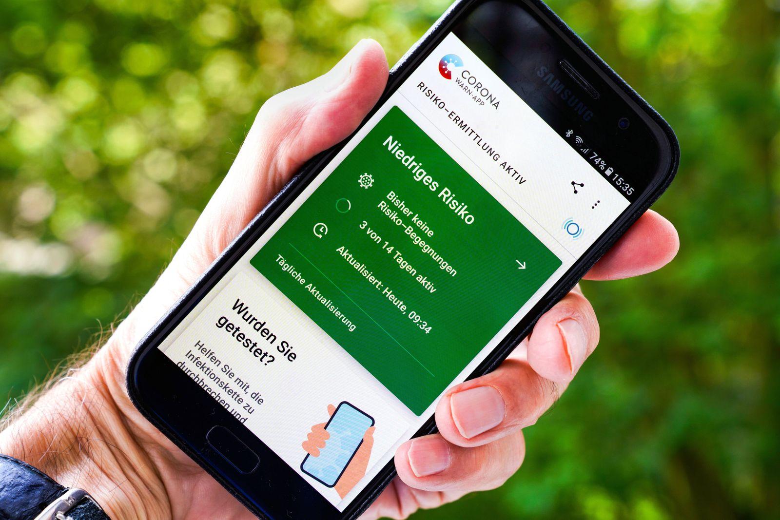 Die offizielle Corona-Warn-App auf einem Samsung Smartphone, sie ist seit dem 16.6.2020 verfügbar und zeigt eine eventu