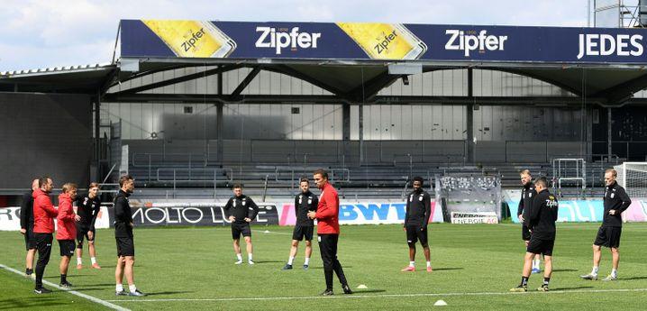 Früher in der Bundesliga Verteidiger, heute Trainer beim Linzer ASK: Valérien Ismaël (M.) und sein Klub stehen in Österreich in der Kritik