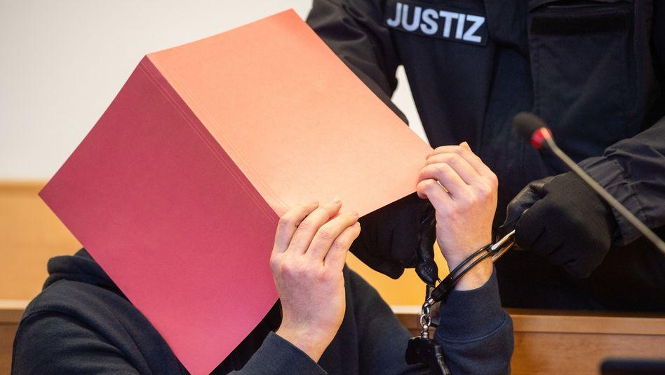 Landgericht Hannover: Zum Prozessauftakt werden dem Angeklagten im Gerichtssaal die Handschellen abgenommen