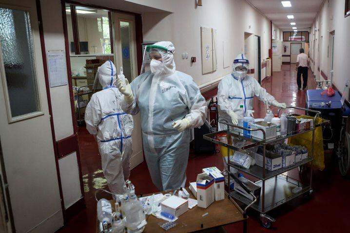 Krankenhausmitarbeiter in Belgrad behandeln Corona-Patienten