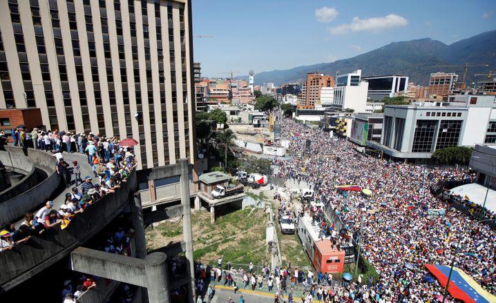 Menschenmassen am Samstag in Caracas