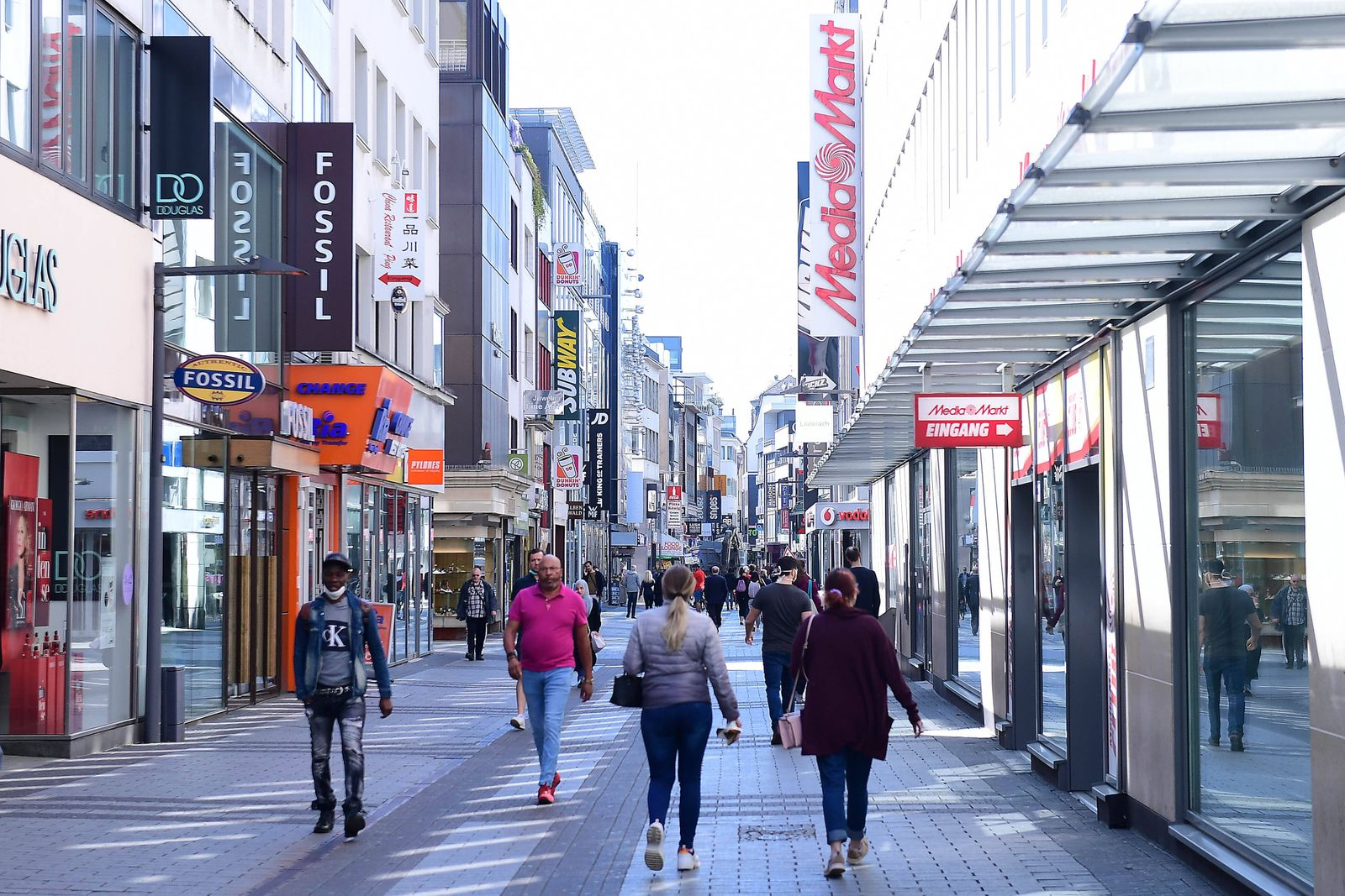 Coronavirus - Geschäftsöffnungen am 20.04.2020 in Köln Passanten in der Kölner Innenstadt. Ab dem 20.04.2020 dürfen ers