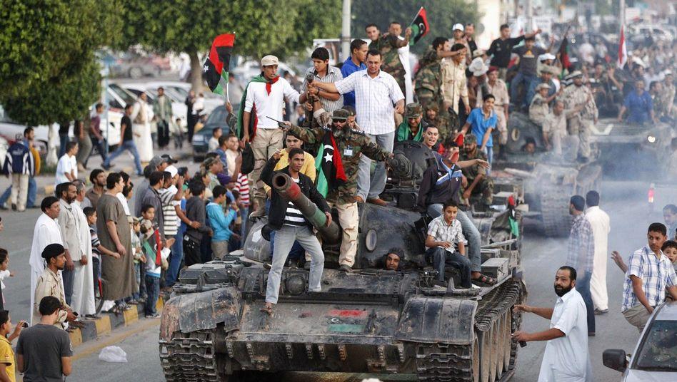 Jubelnde Anti-Gaddafi-Kämpfer in Misurata: Meldungen über Angriffe
