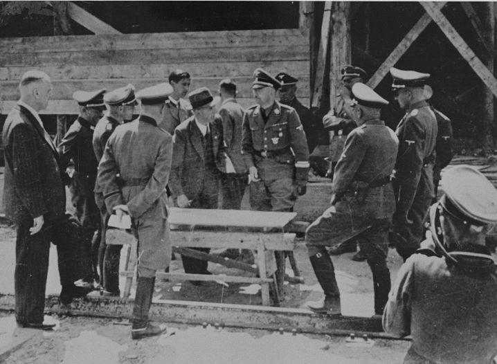"""(Foto von Ernst Hofmann, 17. oder 18.7.1942, USHMM, 50758) Beim Besuch Himmlers in Auschwitz fotografierte Walters Assistent seinen ebenfalls fotografierenden Chef (vorn rechts). Wie diese Bilder zustande kamen, hat der frühere Häftling und Augenzeuge Rudolf Vrba in seinen Erinnerungen geschildert: """"Die fotografierenden Speichellecker drängten sich vor ihn, und ihre Leicas und Filmapparate surrten."""""""
