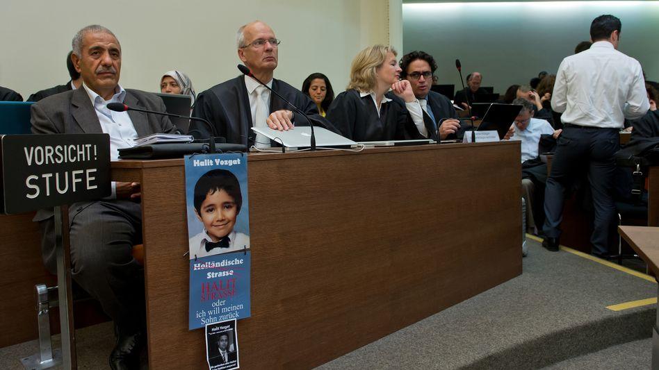 NSU-Prozess: Zeuge Ismail Yozgat (links) mit Bild des Sohnes