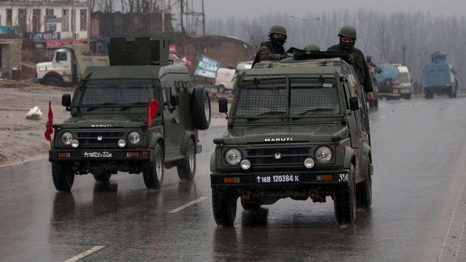 Soldaten der indischen Armee patrouillieren im indischen Teil Kaschmirs