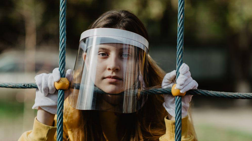 Mädchen mit Gesichtsschutz und Handschuhen: Als Ersatz für Masken nicht geeignet