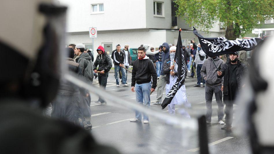 """Salafisten bei Krawallen in Bonn (5. Mai): """"Explosion der Gewalt"""""""