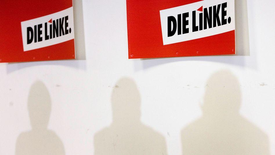 Schilder bei einer Linken-Pressekonferenz