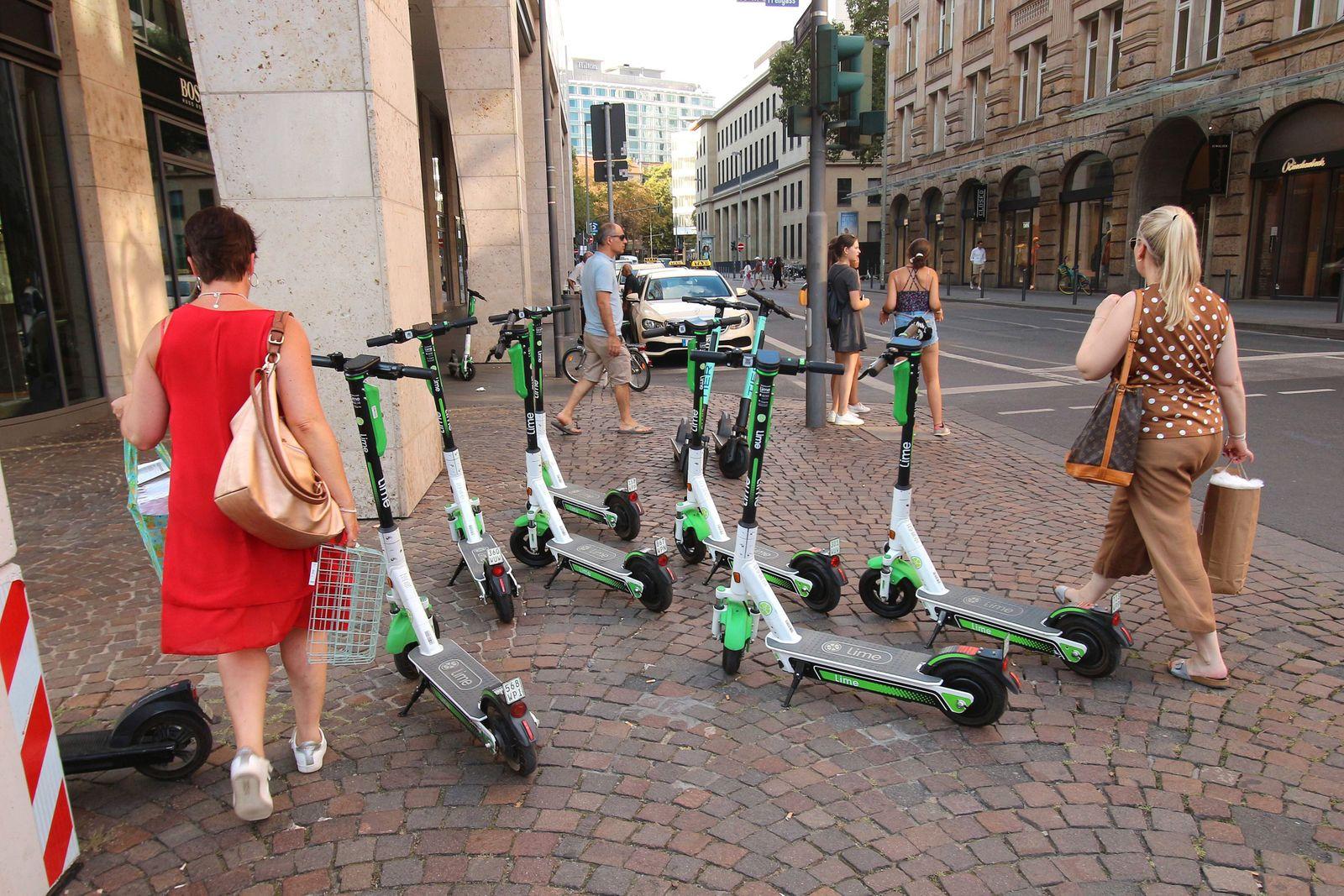 Wild auf dem Bürgersteig an der Börsenstraße abgestellte E Roller nehmen viel Platz ein und zwingen