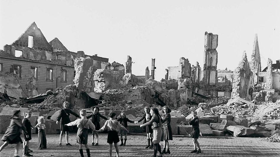 Kinder im zerstörten Freiburg im Breisgau 1945