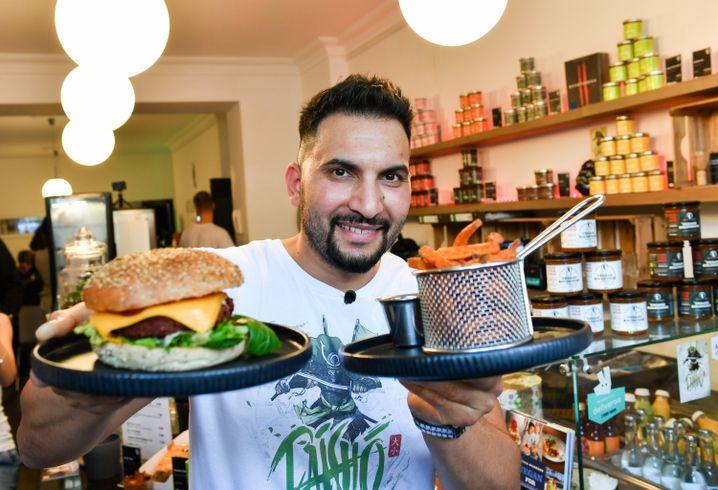 Attila Hildmann mit Burger (am 23. Oktober)