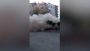 Wohnhaus stürzt vor laufender Kamera ein