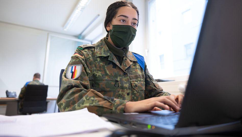 Soldatin des Jägerbataillons 292 unterstützt in Stuttgart das Gesundheitsamt bei der Corona-Kontaktnachverfolgung